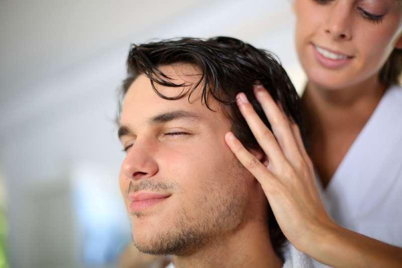 C mo cortarle el cabello al hombre de tu casa 5 consejos que te convertir n en una pr en fabiosa - Cortar el pelo en casa hombre ...