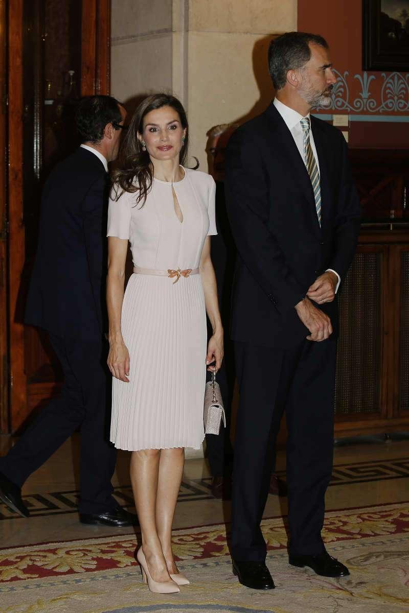 Le rouge est le nouveau noir : la reine Letizia est superbe dans une jupe mi-longue à motifs rouges et blancs