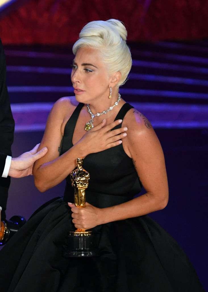 Lady Gaga fond en larmes et rend hommage à Bradley Cooper ; elle remporte l'Oscar pour 'Shallow'