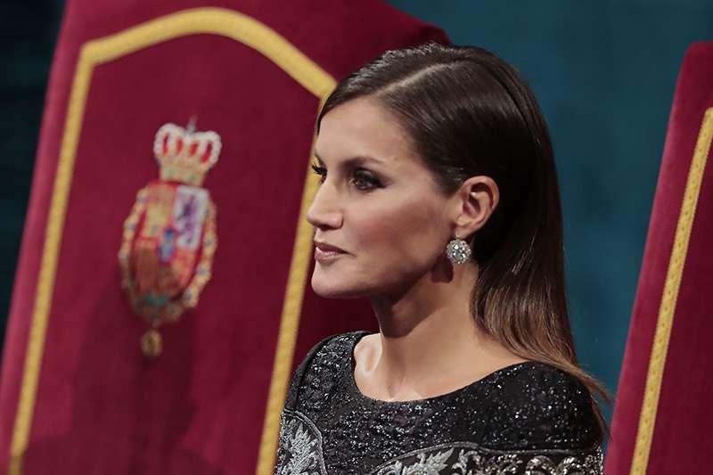 On ne la changera pas ! Letizia et son geste irrévérencieux devant le roi Felipe et le chef du gouvernement