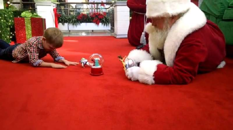 1265ba6cd4 Santa Gets Down On The Floor To Play With Autistic Boy - on Mambee