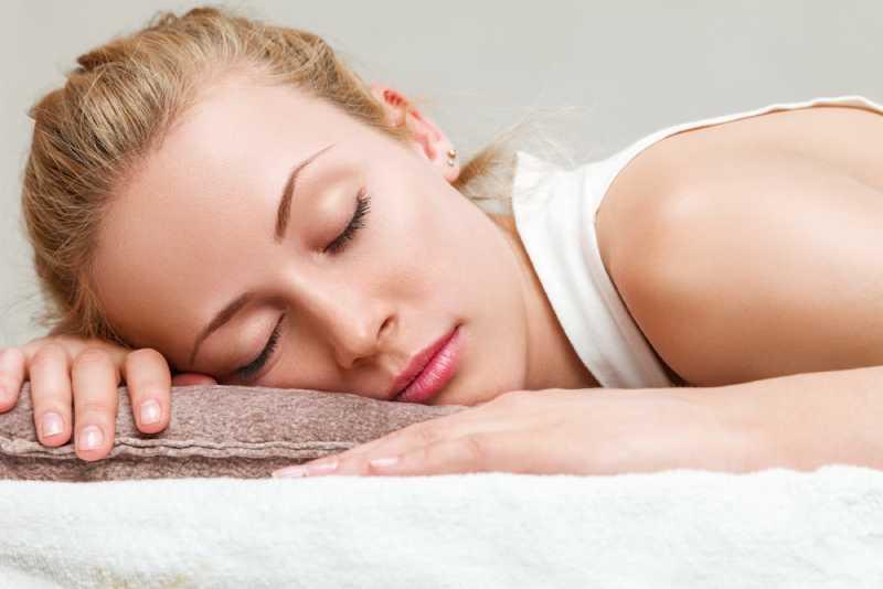 dormir sans oreiller 7 39 pour 39 5 39 contre 39 et comment s 39 y mettre sur fabiosa. Black Bedroom Furniture Sets. Home Design Ideas
