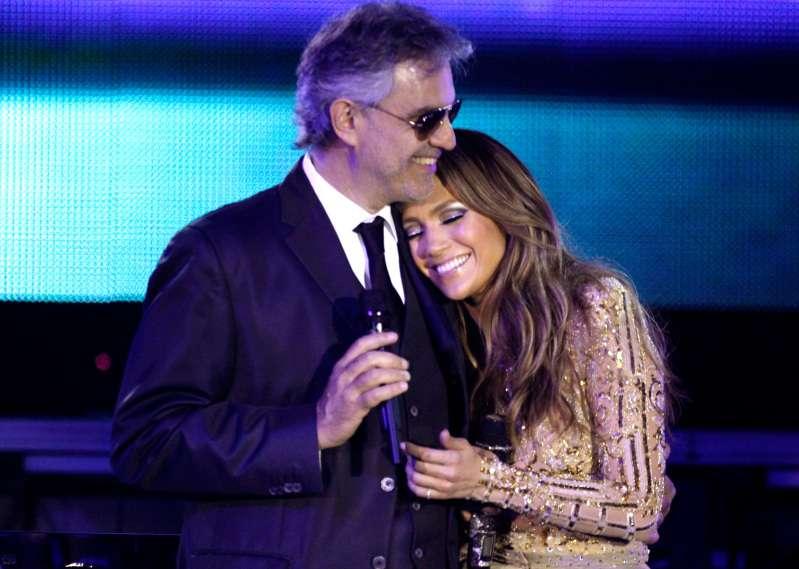 """Gänsehaut-würdig! Andrea Bocelli führt das Lied """"Quizas, Quizas, Quizas"""" zusammen mit Jennifer Lopez vorAndrea Bocelli Singing"""
