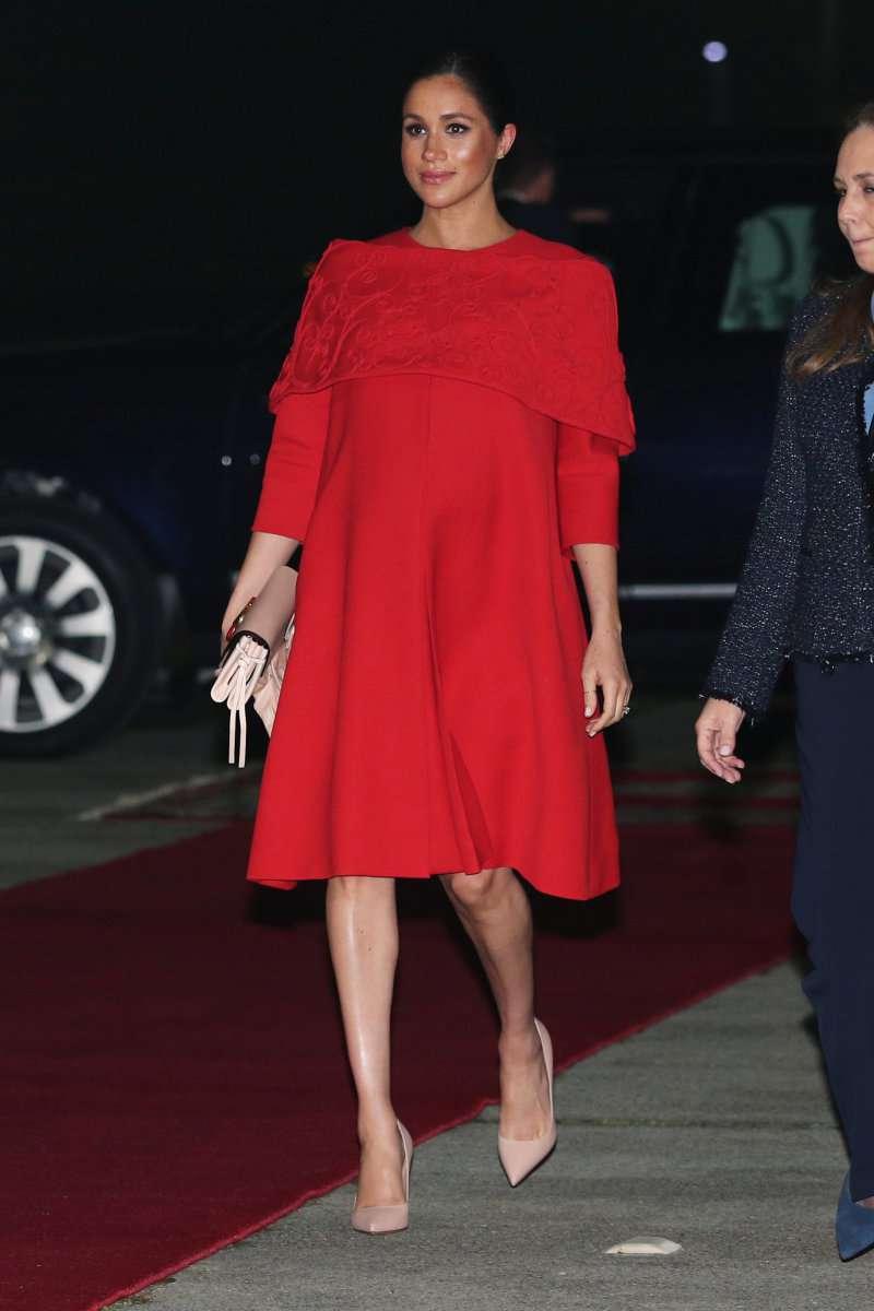 Marokkanische Royal Tour: Meghan Markle drückt ihren Bauch in ein rotes Valentino-Chic-Kleid