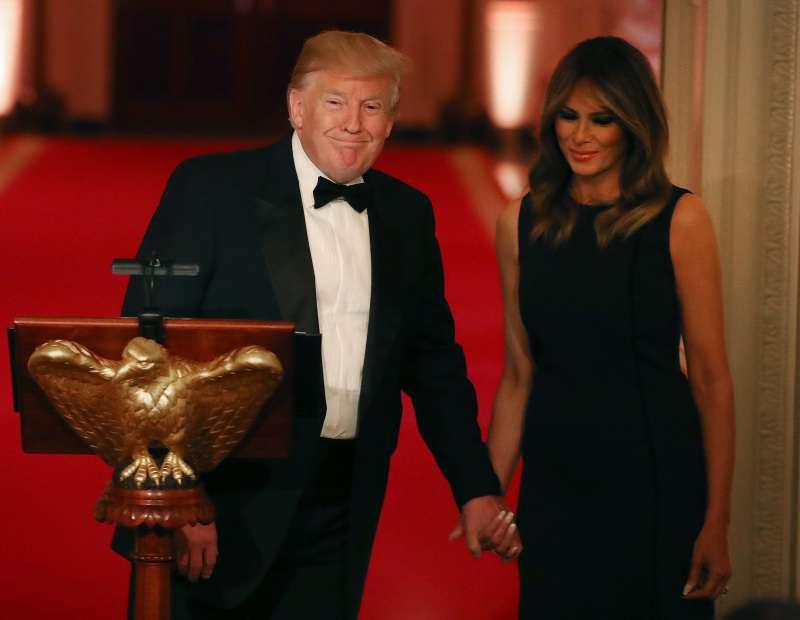 Melania Trump époustouflante dans une robe noire d'une valeur de 5 400 euros lors d'un dîner gala