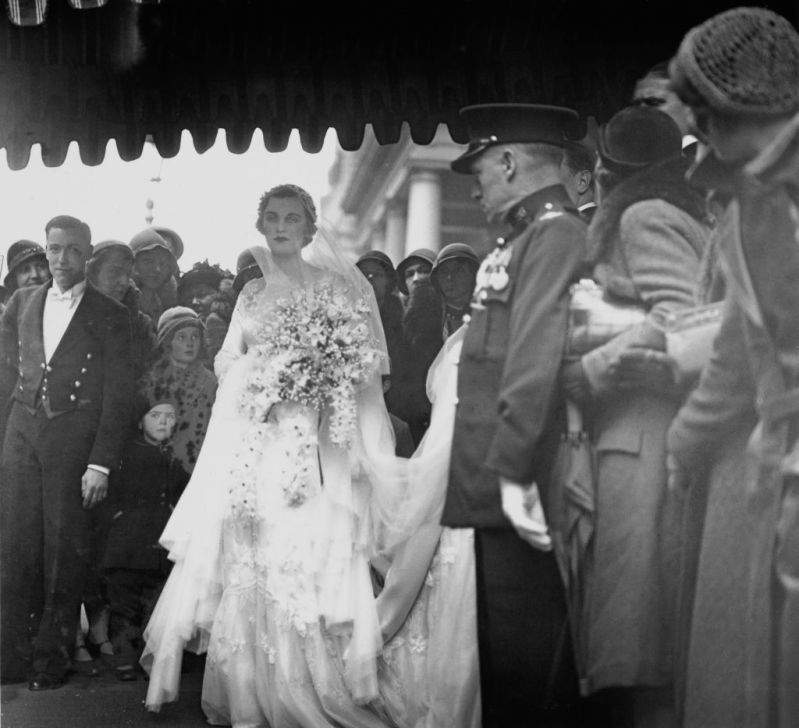 Duchess Of Argyll's Wedding Dress With 9-Foot Train Caused So Much Publicity That It Blocked Traffic For HoursDuchess Of Argyll's Wedding Dress With 9-Foot Train Caused So Much Publicity That It Blocked Traffic For HoursDuchess Of Argyll's Wedding Dress With 9-Foot Train Caused So Much Publicity That It Blocked Traffic For Hours