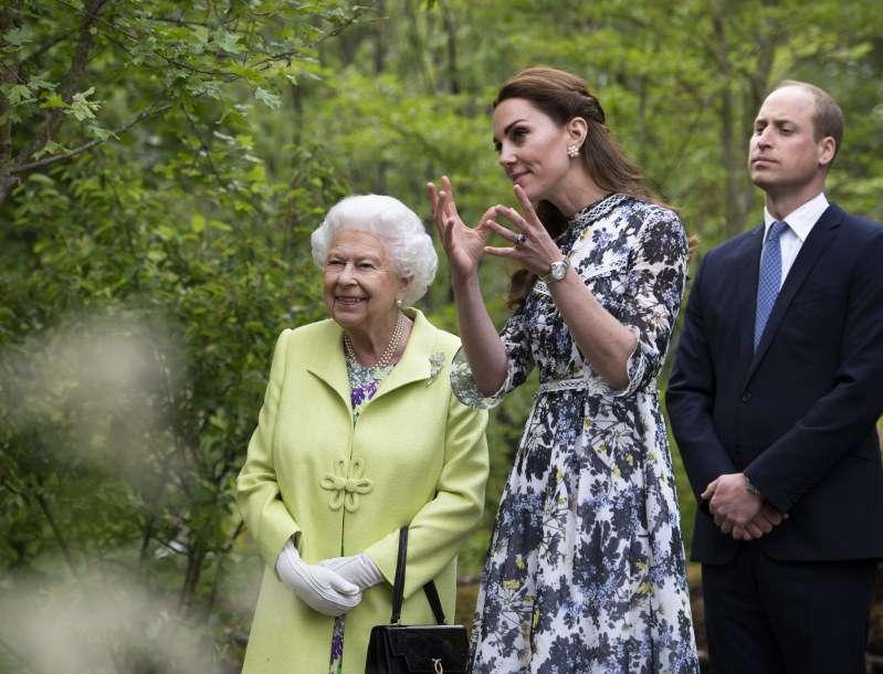 Kate Middleton konnte ihre Nervosität nicht verbergen, während sie ihr 'Baby', den Chelsea-Garten, der Queen zeigte