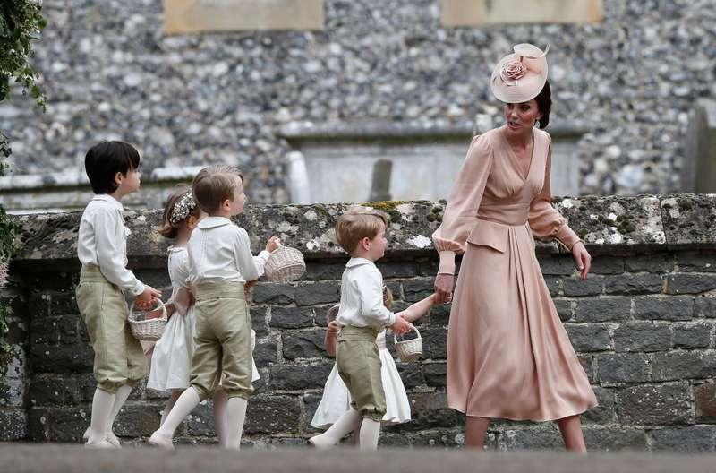 Quel adorable moment !  Princes George et Louis, princesse Charlotte attendent fébrilement le retour des parents