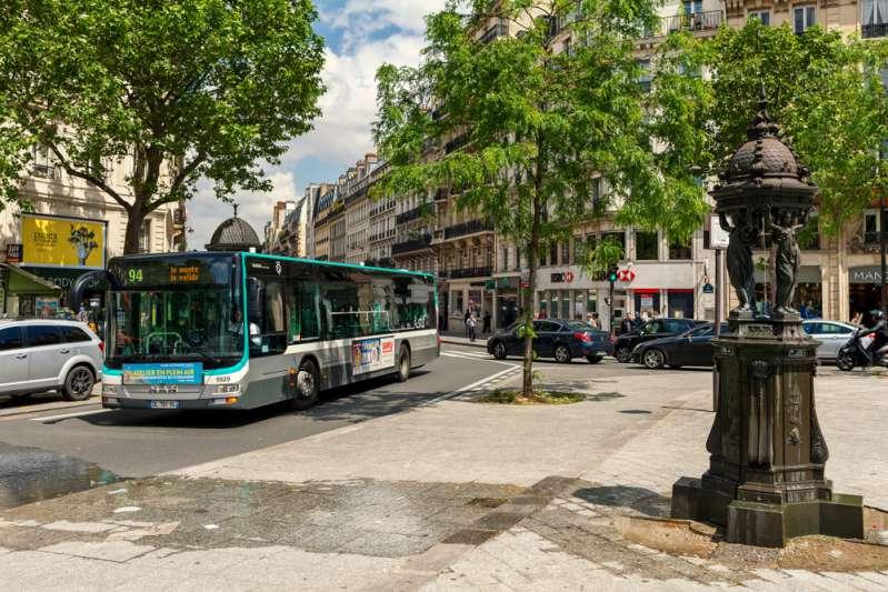 Un chauffeur de bus demande à tous les passager de sortir pour faire rentrer une personne handicapéeUn chauffeur de bus demande à tous les passager de sortir pour faire rentrer une personne handicapée