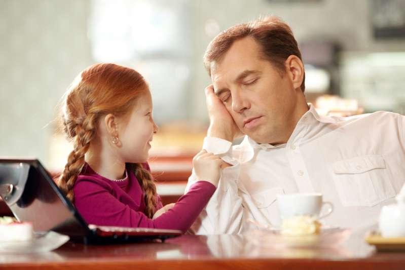 ¿Cómo prevenir el maltrato infantil? 10 recomendaciones esenciales que cualquiera puede aplicarLittle daughter asking for attention from her father falling asleep