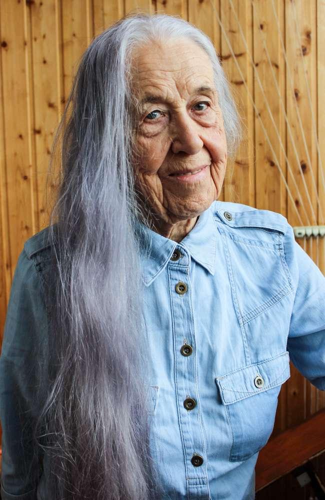 Unglaubliche Transformation! Diese 65-jährige Frau sieht dank einem kurzen Haarschnitt und ein wenig Make-up-Magie 10 Jahre jünger aus