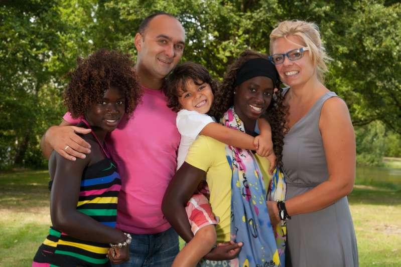 Esta familia interracial recibió una carta anónima de sus vecinos ordenándoles que se larguen de ahí