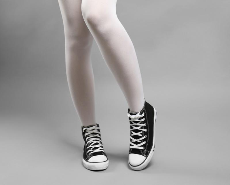 Antes de tirar tus medias viejas, entérate de los 5 usos alternativos que puedes darlesWoman in sneakers