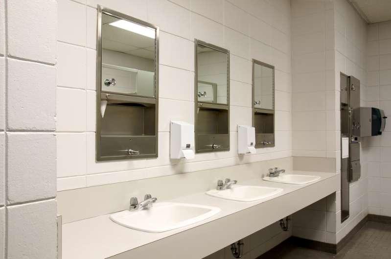Sont-ils allés trop loin ? Une école enlève les portes des toilettes obligeant les élèves à amener des couvertures pour préserver leur intimité