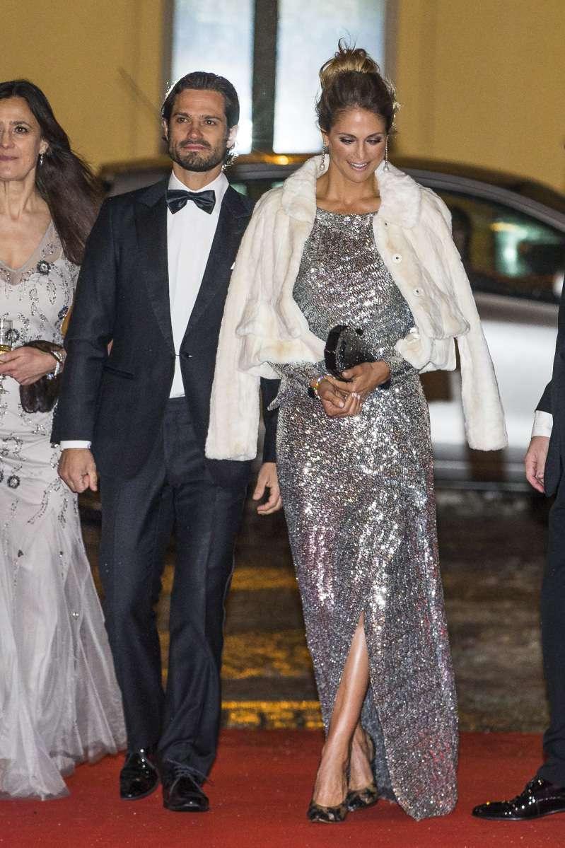 Принцесса Швеции надела такое же платье, как и Меган Маркл, но в другом цвете. Чей образ лучше?