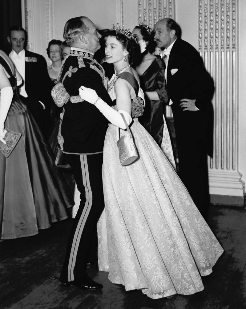 إليزابيث الثانية تكسر البروتوكول الملكي! هنا هي أثواب تكشف عن جلالته