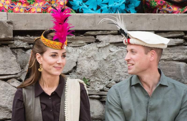Incoronata in Pakistan! La bella e regale Kate Middleton risplende con un tradizionale copricapo pakistano mentre incontra gli abitanti dei villaggi himalayani