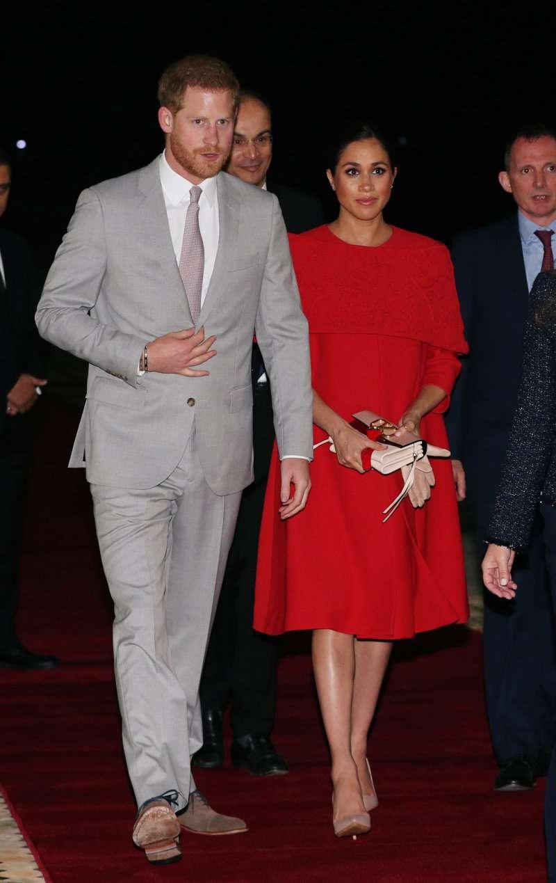 Марокканський Королівський Тур: Меган Маркл дратує її живіт в червоному шикарному сукні Valentino