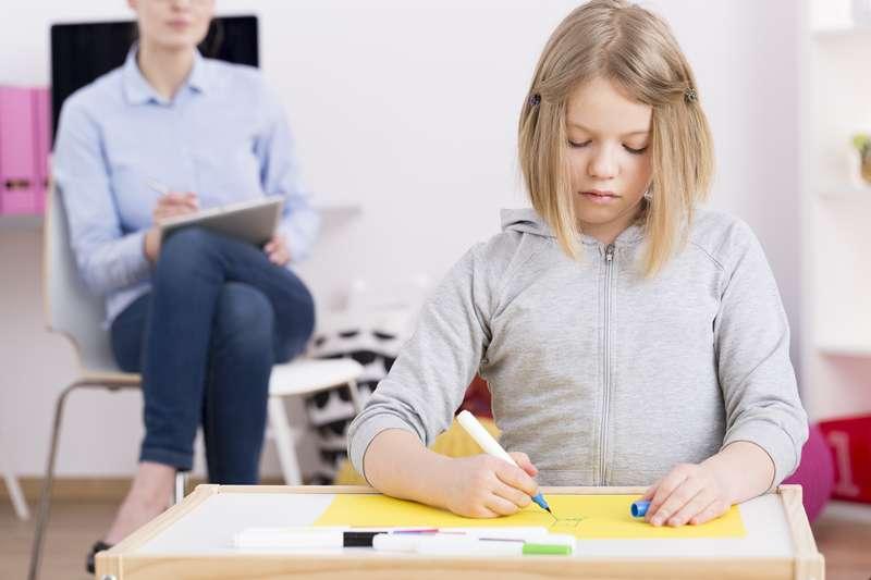 Picchiano la ragazzina autistica e non vengono processate: madre inizia una guerra legale contro le maestre
