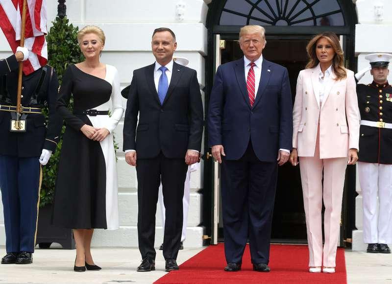 Melania Trump impresionó a la multitud con su traje rosa en una reunión con el presidente de PoloniaMelania Trump impresionó a la multitud con su traje rosa en una reunión con el presidente de Polonia