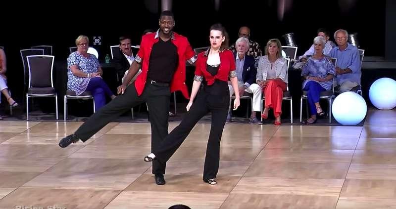 Cet adorable couple a ébloui les gens avec son incroyable performance de danse swing !