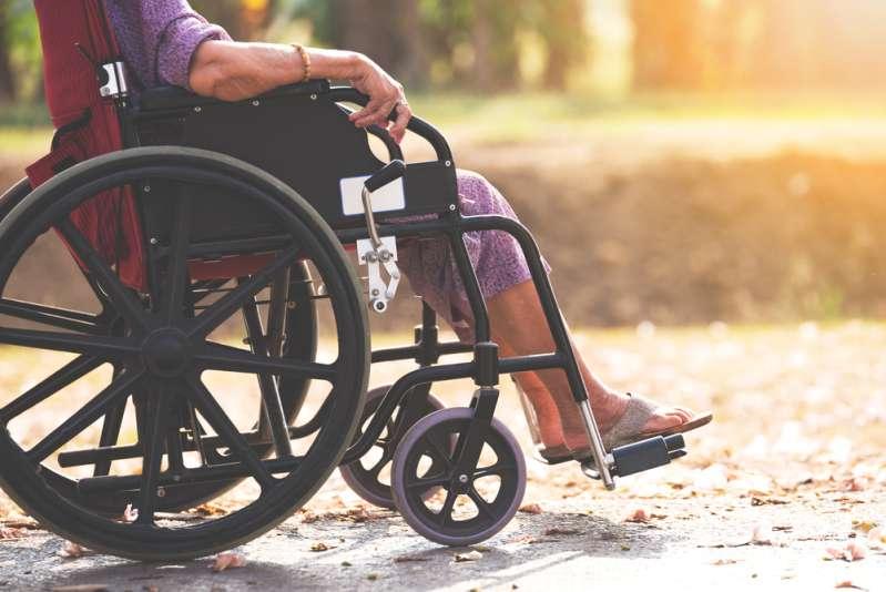 Un chauffeur de bus demande à tous les passager de sortir pour faire rentrer une personne handicapéeUn chauffeur de bus demande à tous les passager de sortir pour faire rentrer une personne handicapéeOld woman in a wheelchair in the park