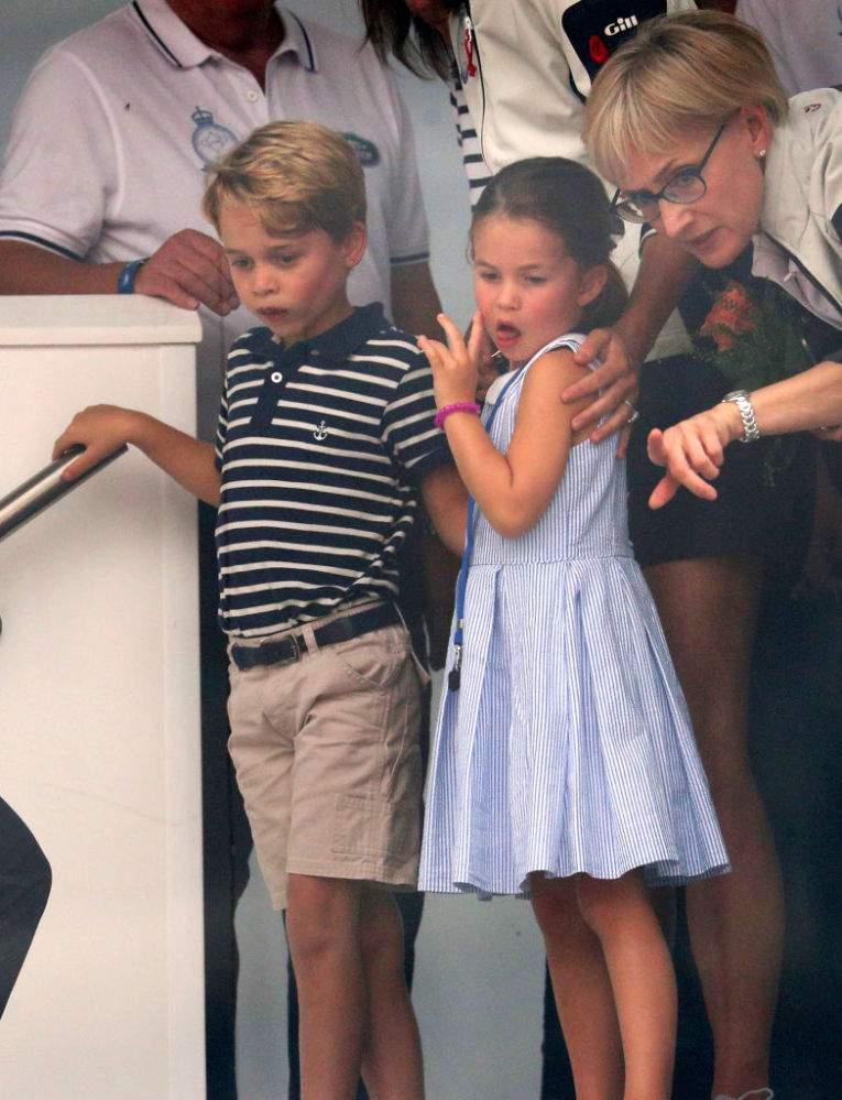 Expertin für Körpersprache erklärt Carol Middletons Reaktion, als sie sah wie Prinzessin Charlotte den Leuten die Zunge heraussteckte