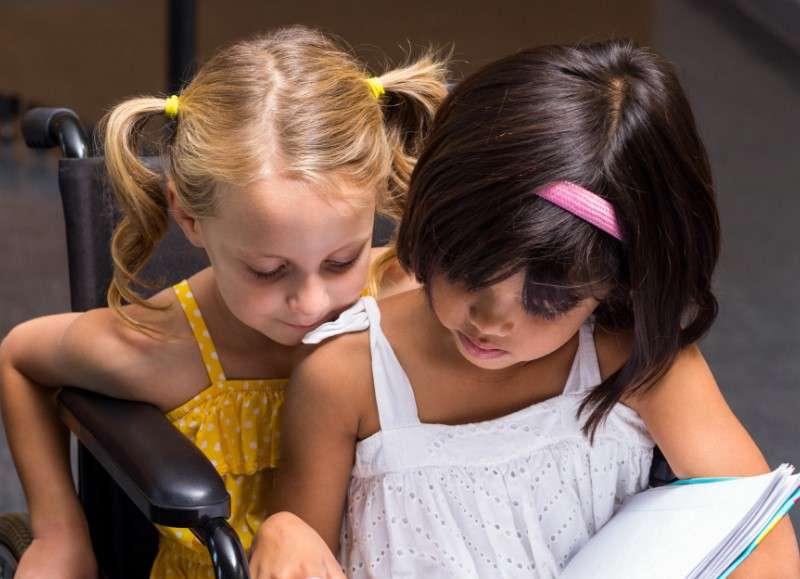 «Мама, а что у мальчика с ручкой?» Как научить ребенка общению с особыми детьми