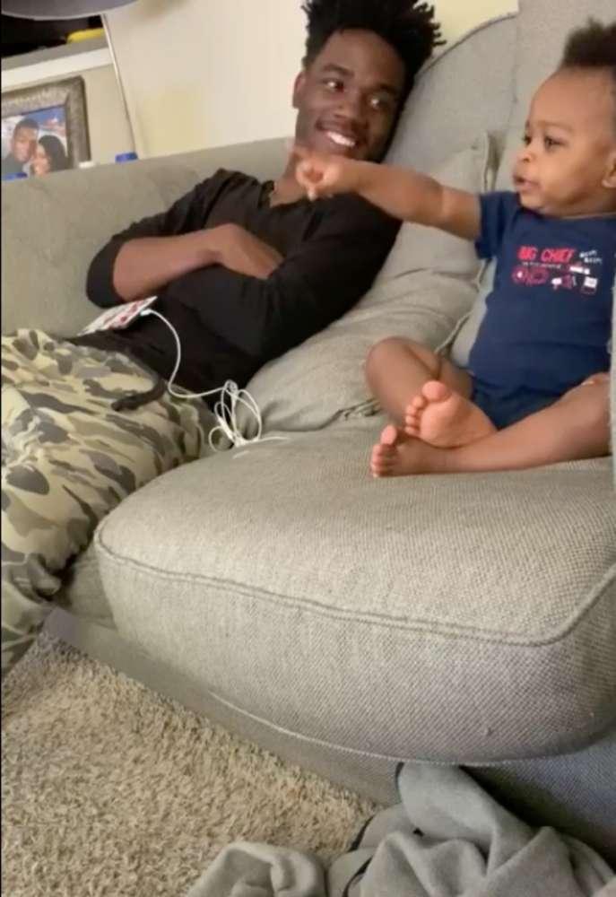Un padre y su hijo tuvieron una conversación de adultos muy hilarante que ya se volvió viral (Video)