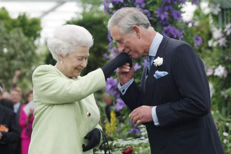 """Una volta la regina Elisabetta II """"permise"""" alla principessa Diana di umiliare il principe Carlo dopo la loro orribile rottura, secondo una biografia"""