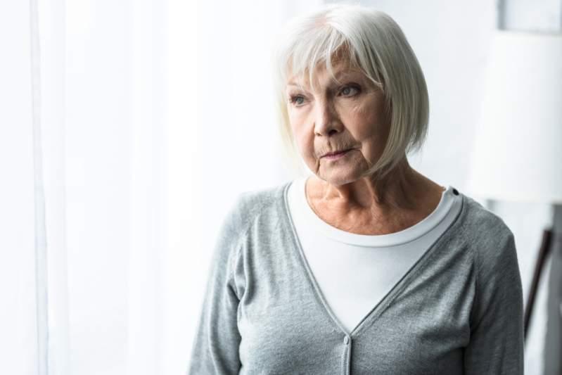 Anciana tenía 100 mil dólares escondidos que juntó en 50 años de matrimonio: su esposo la descubrió y le pidió una explicación