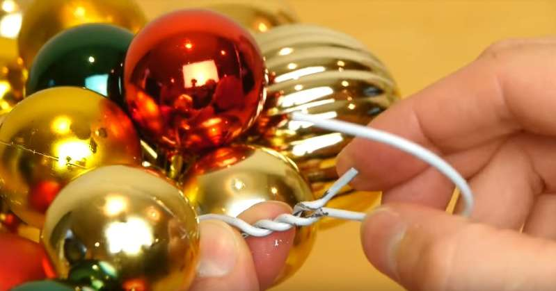 Рукодельник превратил старую вешалку в красивейший рождественский венок. Раз, два — и готово!