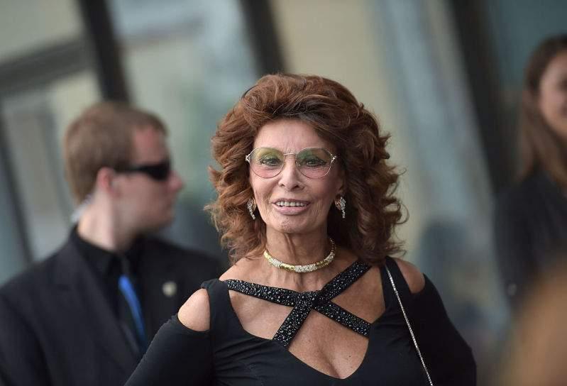 Sophia Loren, véritable diva hollywoodienne en robe rouge provocante, reçoit le prix d'excellence pour sa carrière
