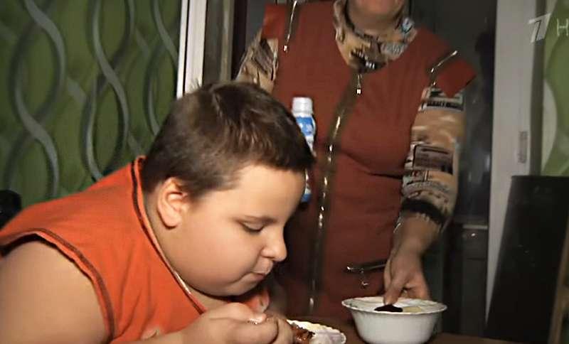 Excès alimentaire ou négligence parentale ? Un père dévasté blâme son ex-femme car son fils de 8 ans pèse 76 kg !