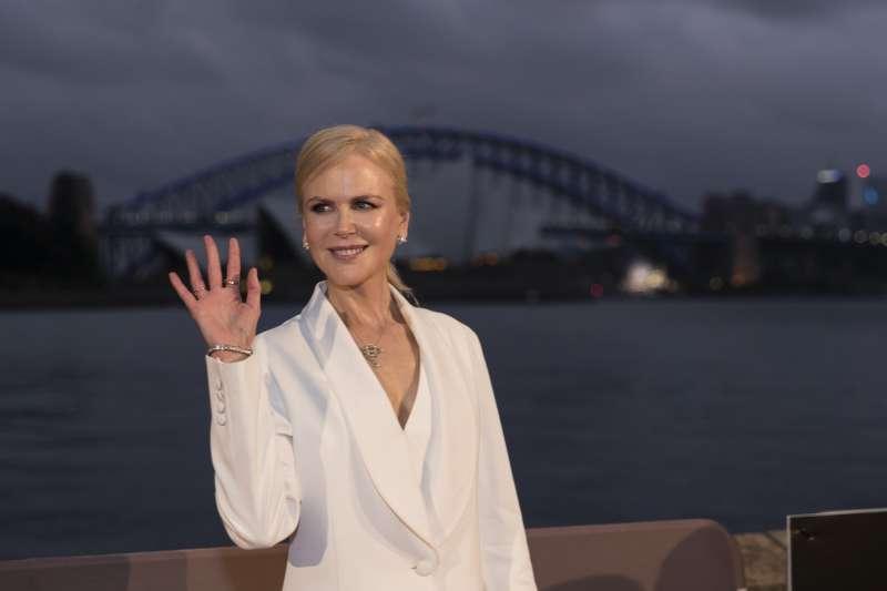 """Deux beautés : Nicole Kidman porte un superbe costume aux côtés de sa nièce durant l'avant-première de """"Destroyer"""""""