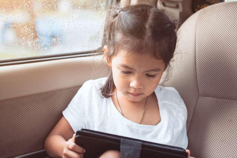Родители, это важно! Как на самом деле планшеты влияют на когнитивное развитие ребенкаCute asian, tablet in the car