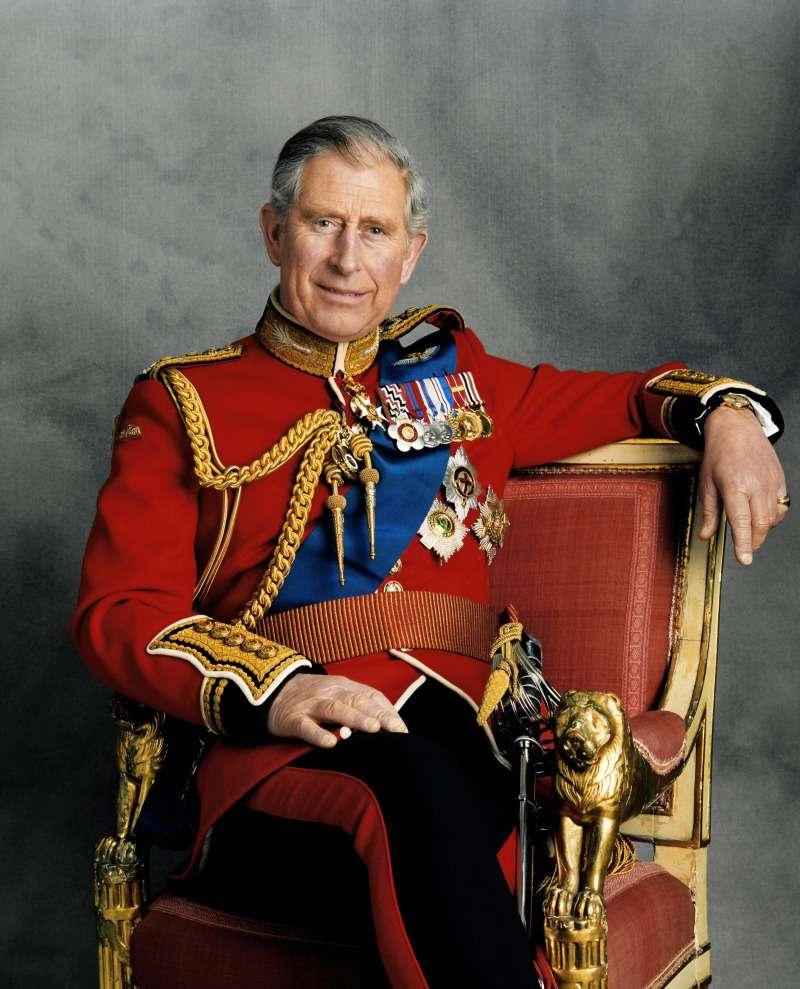 Sur la dernière photo de Clarence House, le prince Charles ressemble au frère jumeau du prince Harry