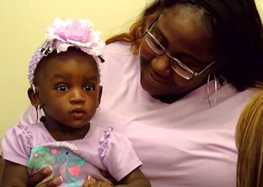 """Une enfant née sourde entend sa mère lui dire """"Je t'aime"""" pour la 1ère fois après une pose d'implants auditifs"""