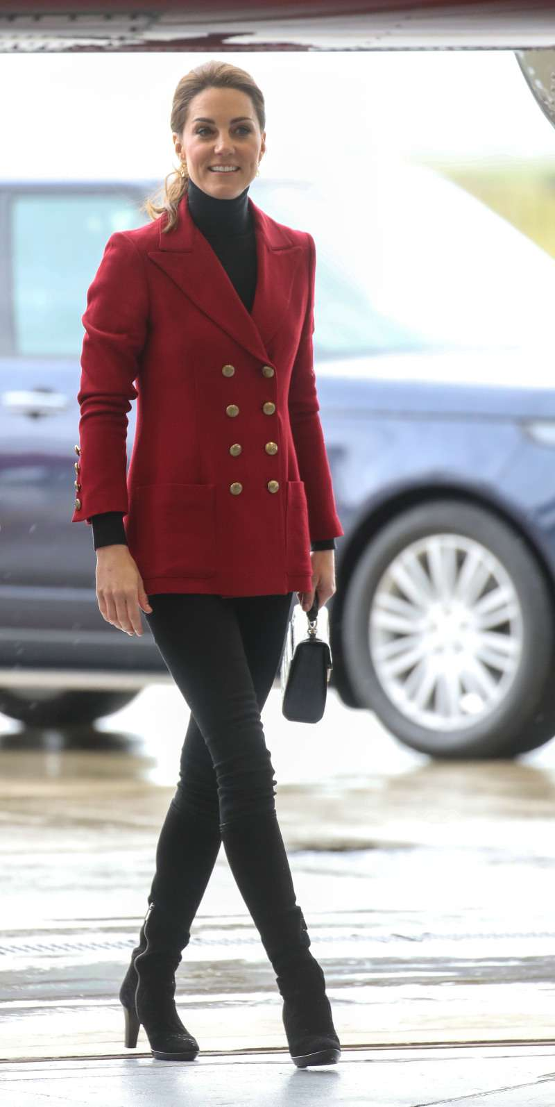 Duchess Of Cambridge Wears Shoes Of Different Sizes. Why Does She Do That?