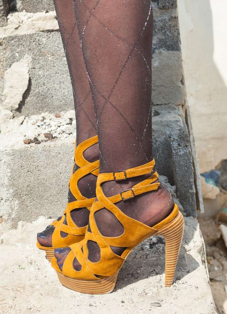 7 choses qui peuvent vous transformer en vieille femme. Tenez compte de ces conseils, ne gâchez pas votre look !Woman's feet, high heel sandals