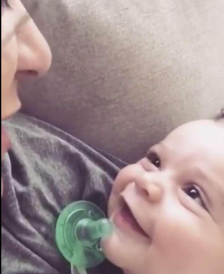 Mutter singt liebevoll einen Gospelsong für ihren kleinen Sohn und er antwortet mit einem entzückenden Blick