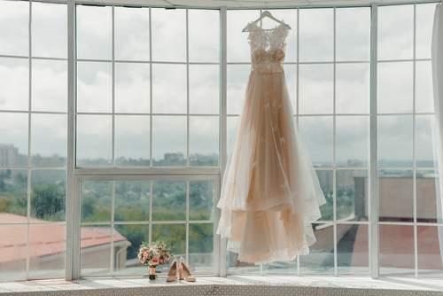La damigella è malata di tumore: la sposa la 'caccia' dalle nozze perché non vuole indossare la parrucca
