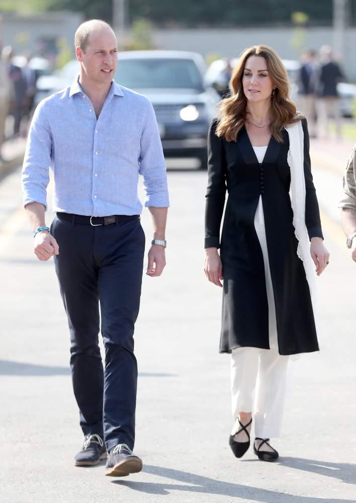 Kate Middleton appare impeccabile con un abbigliamento bianco e nero dopo una notte difficile mentre lei e William visitano l'Army Canine Center