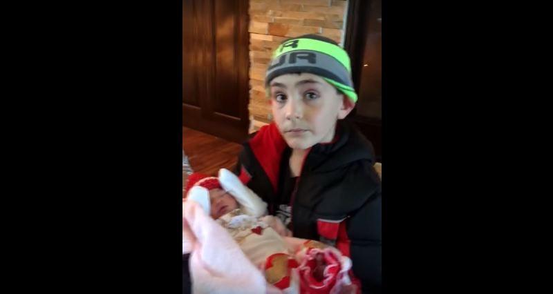 Um garotinho olha a Árvore de Natal de sua casa, encontra uma irmãzinha e sua reação é simplesmente incrível!