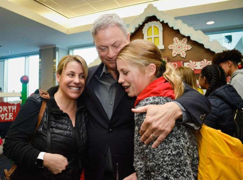Verdadeiro espírito de Natal! Gary Sinise dá presente de Natal especial às crianças órfãs de pais mortos na guerra