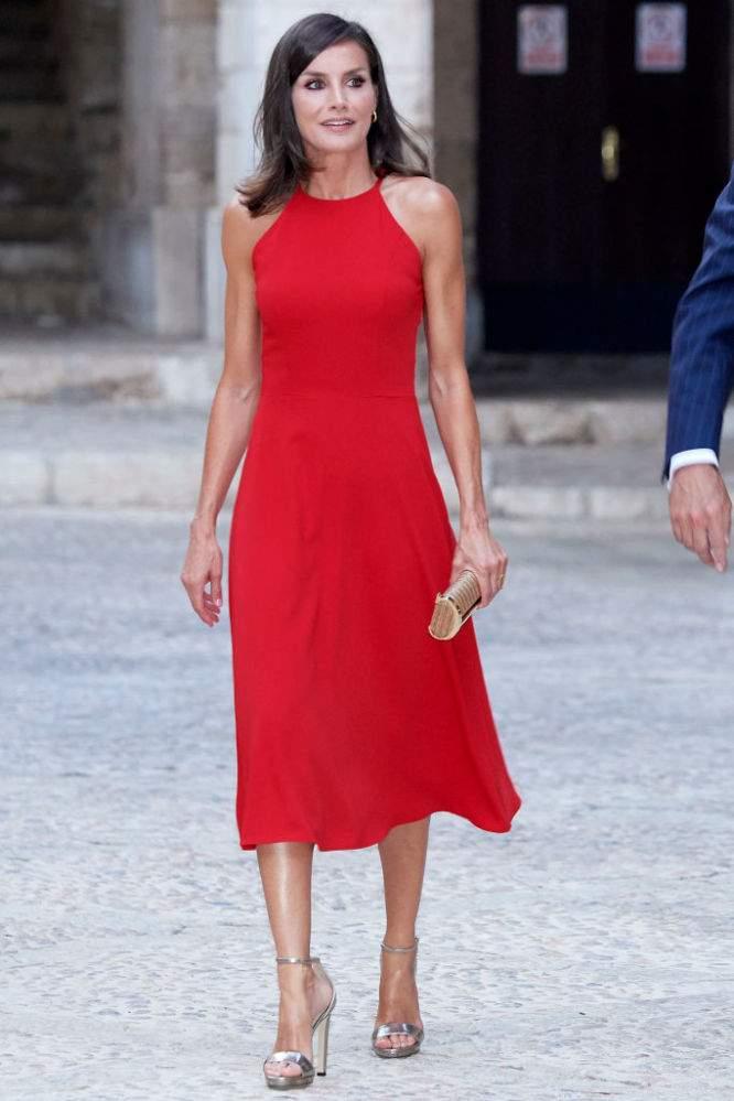 Radieuse dame en rouge ! La reine Letizia d'Espagne porte une sublime robe d'été et des sandales dorées à Majorque