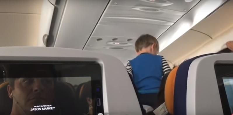 """Cette vidéo intitulée : """"Un garçon démoniaque hurle et court non-stop pendant un vol de 8 heures"""" fait le buzz"""