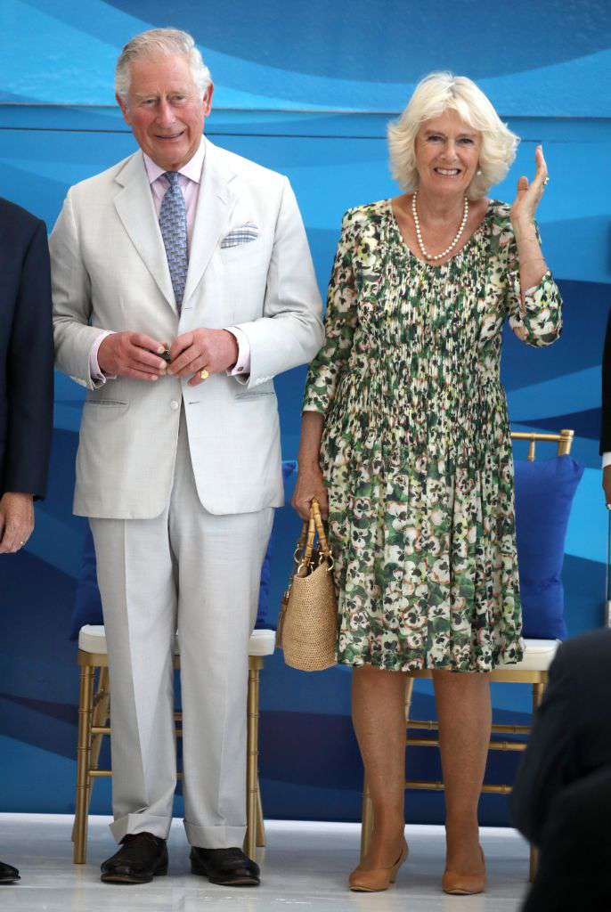 Un style digne d'une reine ! Robe blanche et collier de perles, Camilla est fantastique à la garden party royale