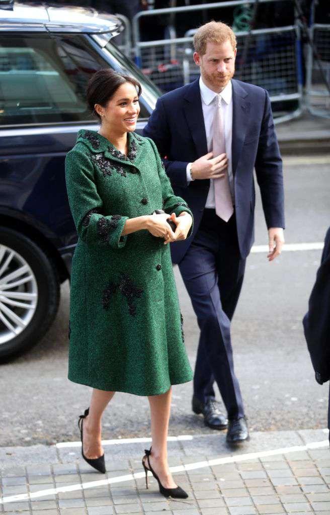 """Si tendance ! La duchesse Meghan dans un élégant manteau vert Erdem fait sensation au """"Jour du Commonwealth"""""""