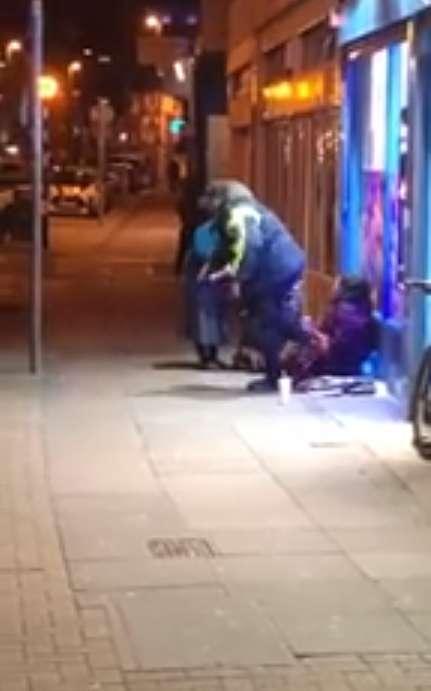 Die 72-jährige Dame rührt Tausende, als sie beim Austeilen von Suppe an die Obdachlosen in Eiseskälte gefilmt wird